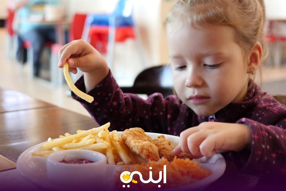 توقفى عن إطعام طفلك بيدك